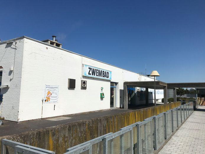 Het oude zwembad van Middelkerke, ook wel bekend als het Duinenbad, maakt net als de grote luifel plaats voor een nieuw gemeentehuis.