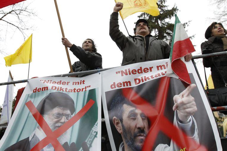 Betogers bij de Iraanse ambassade in Berlijn. (Reuters) Beeld