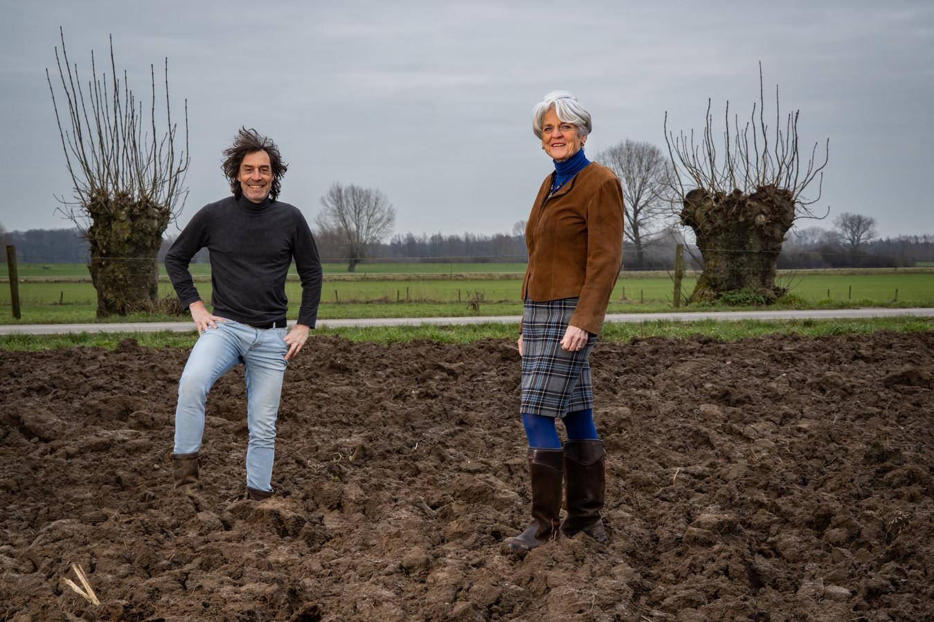 Fotograaf Evert van de Worp (l) en Lidy Klein Holkenborg in de Wilpse klei.