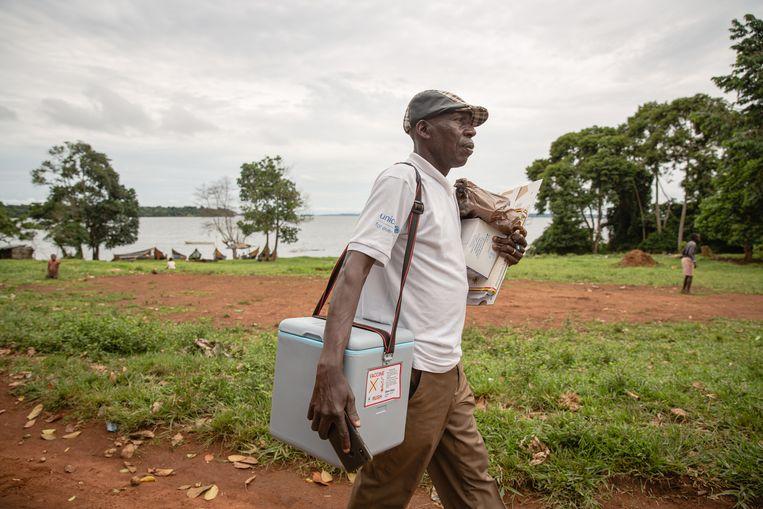 Andrew Mukalazi brengt het vaccin. Beeld Esther Ruth Mbabazi