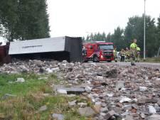 Puinhoop op A2 bij knooppunt Deil na kantelen vrachtwagen, verbindingsweg uren dicht
