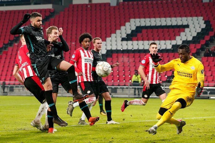 Ook deze inzet van verdediger Ahmed Touba (links) komt niet voorbij PSV-doelman Yvon Mvogo.