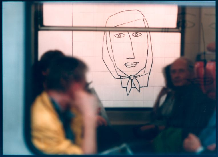 Het eerste wat je ziet, zijn muurhoge, gestileerde tekeningen van gezichten van de hand van Benoît van Innis. Je herkent ze meteen: ze sieren metrostation Maalbeek. Beeld rv © Bart Van Leuven