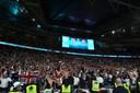 De Engelse fans gaan uit hun dak na de 2-1.