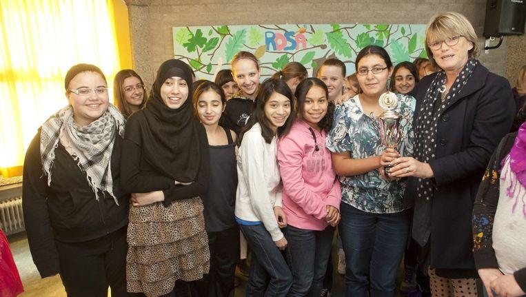 Portefeuillehouder Coby van Berkum met leerlingen van het Rosa Beroepscollege op de Dag van de Leerplicht. Beeld Emiel van Lint