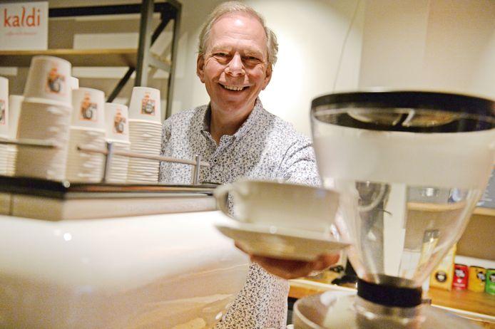 Guus IJzereef in zijn koffiespeciaalzaak.