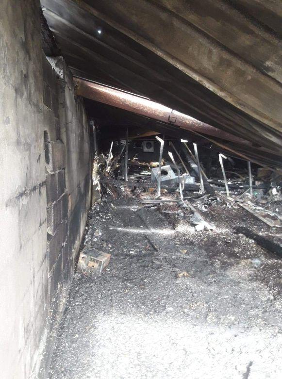 De deel van de varkensstal waar zich tot dinsdag een cannabisplantage bevond. Nu zijn enkel nog de restanten van ventilatoren te zien.