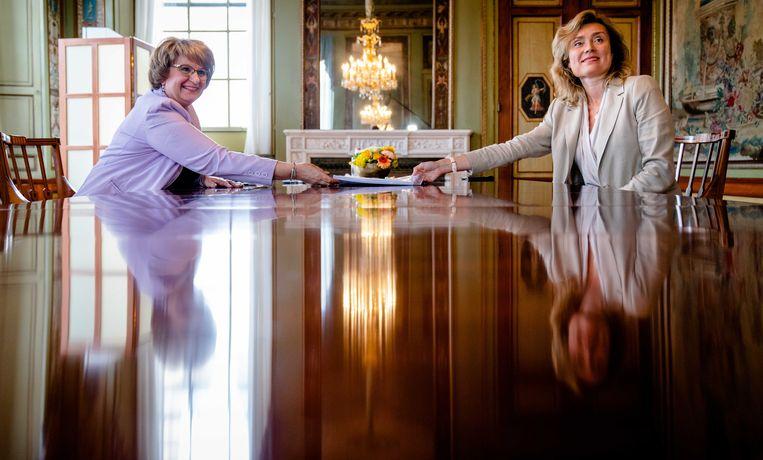 Informateur Mariëtte Hamer biedt haar eindverslag aan Tweede Kamervoorzitter Vera Bergkamp aan. Het werk duurde een paar weken langer dan gepland, omdat de informatie zeer moeizaam verliep. ANP BART MAAT Beeld ANP