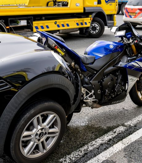 Motorrijder gewond bij aanrijding op A59: traumahelikopter opgeroepen, weg weer vrij