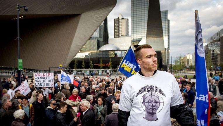 Deelnemers aan de demonstratie tegen de strafkorting van de moordenaar van Pim Fortuyn, Volkert van der G., bij het Centraal Station. Beeld anp