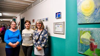 Leerlingen Academie Hamme veilen kunstwerken en zamelen meer dan 1.000 euro in om zieke klasgenoot te helpen om medische kosten te dragen