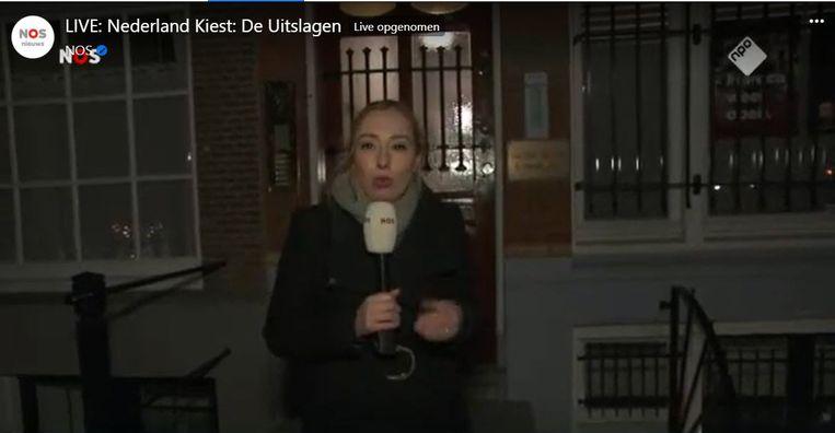 NOS-verslaggeefster Irene de Kruif  voor het partijkantoor van Forum voor Democratie in Amsterdam. Beeld