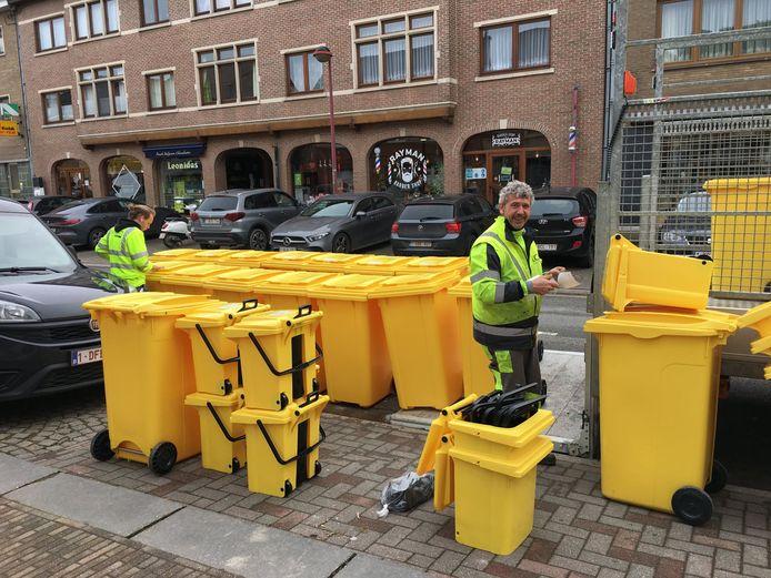 De gele containers voor papier en karton.