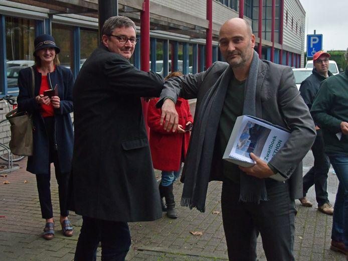 SP-Kamerlid Jasper van Dijk reikte in oktober vorig jaar een zwartboek uit aan Dethon-directeur Edwin van den Berghen.