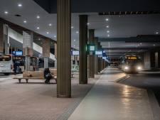 Het is 's avonds stil in de bus en op het station: 'Alleen de buschauffeur en ik'
