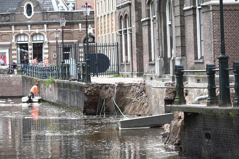Begin september 2020 stortte een deel van de kademuur aan de Grimburgwal met lantaarnpaal en al in het water. Beeld Hollandse Hoogte /  ANP