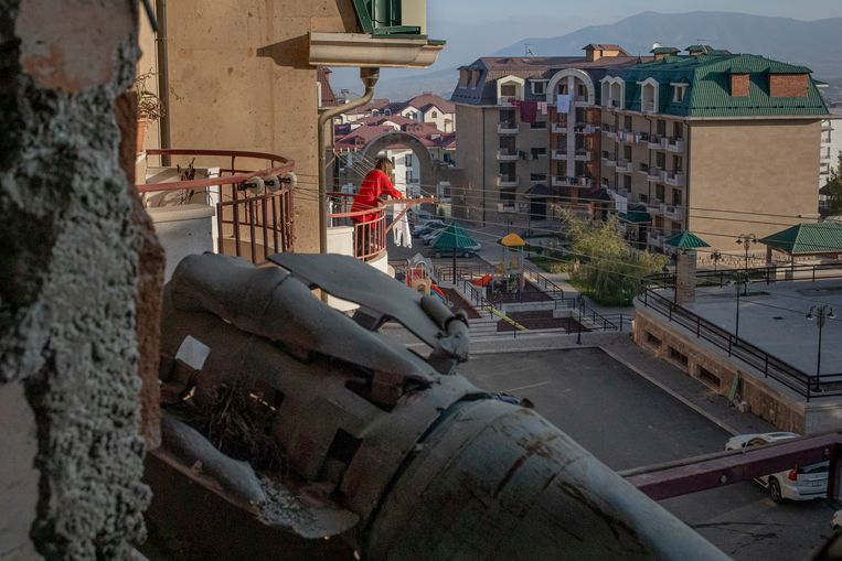 Een raket op het balkon van Sergey Harutyunyan, in Stepanakert, Nagorno-Karabach. Beeld Anush Babajanyan