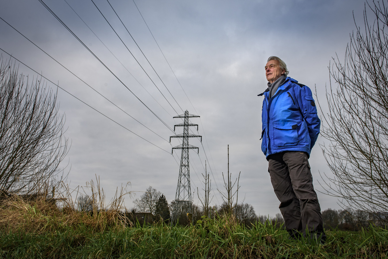 Dolf Logemann bij de hoogspanningslijnen langs de Den Elterweg tussen Zutphen en Warnsveld. Als het aan hem ligt maken de lijnen plaats voor een heus klimaatpark.