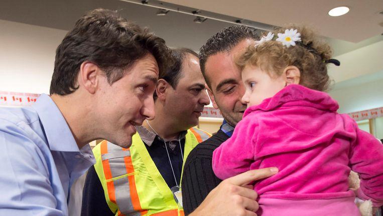 De Canadese premier Justin Trudeau verwelkomt Syrische vluchtelingen op de luchthaven van Toronto. Beeld AP
