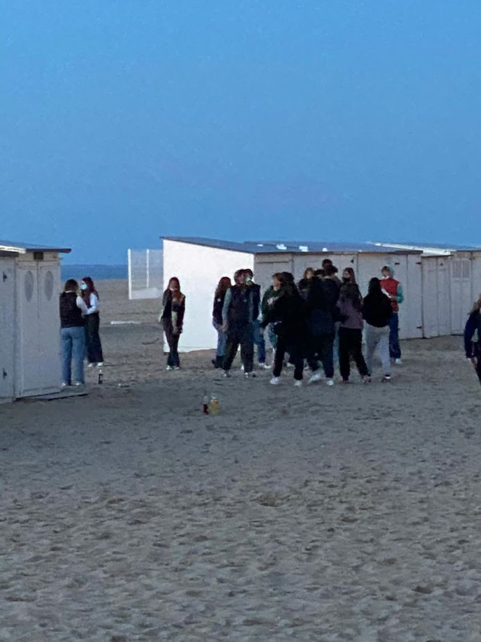 Jongeren troepen samen op strand van Knokke