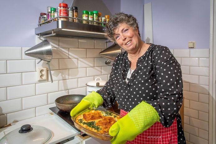 Carin Landsbergen met haar ovenschotel met spinazie en tonijn.