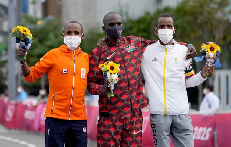 Bashir Abdi pakt de bronzen medaille in de marathon. Het goud is net als in Rio voor de Keniaan Eliud Kipchoge, zilver voor de Nederlander Abdi Nageeye.   Beeld EPA