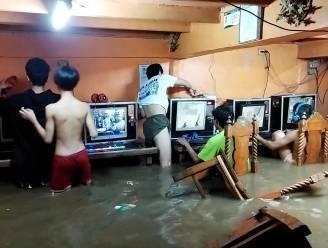 Gamers blijven spelen terwijl lokaal onder water loopt