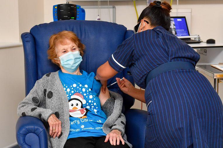 Margaret Keenan (90) krijgt dinsdag 8 december als eerste het Pfizer/BioNtech coronavaccin geïnjecteerd in het universiteitsziekenhuis in de Engelse plaats Coventry. Beeld AFP