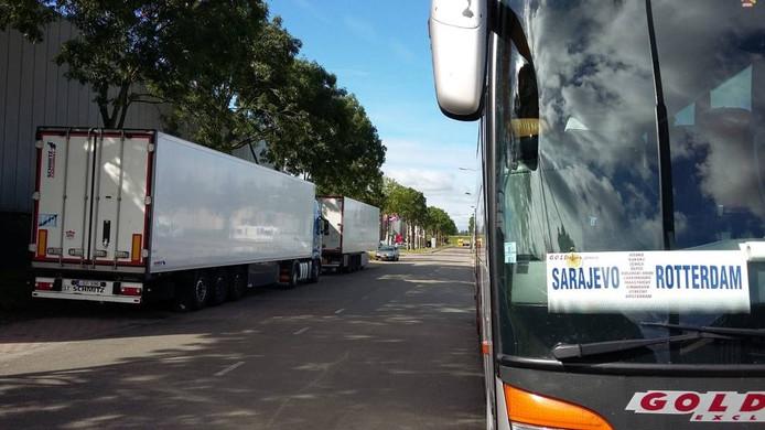 Illegaal geparkeerde vrachtwagens op de Kruisvoort op het logistieke bedrijvenpark IABC, nabij de Heilaarstraat. foto Palko Peeters