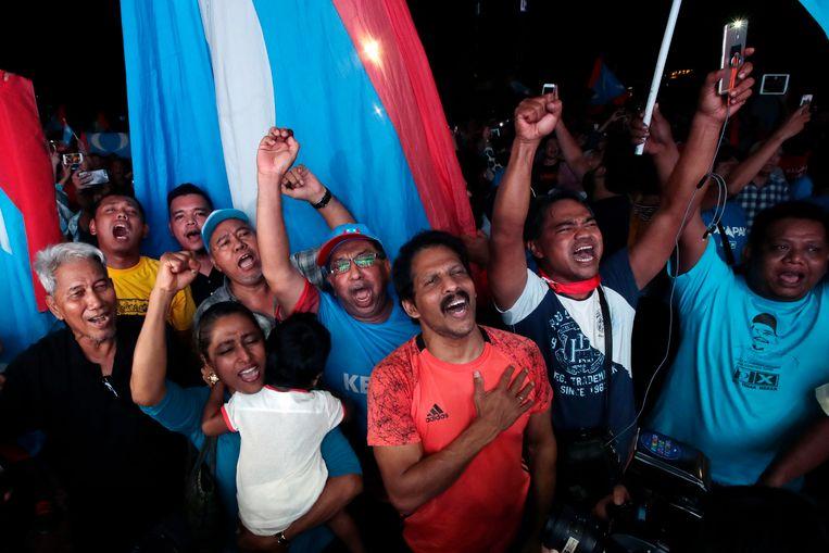 Aanhanger van de oppositiepartijen in Maleisië vieren de overwinning. Beeld AP