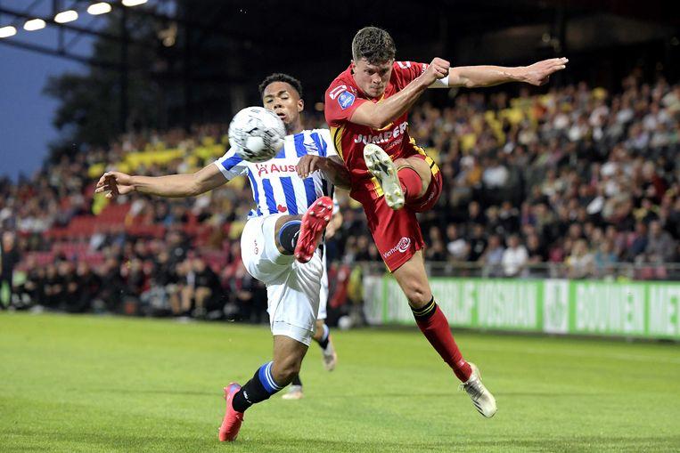 Milan van Ewijk (links) van Heerenveen in duel met Bas Kuipers van Go Ahead Eagles. Heerenveen scoorde al in de zevende minuut.  Beeld ANP