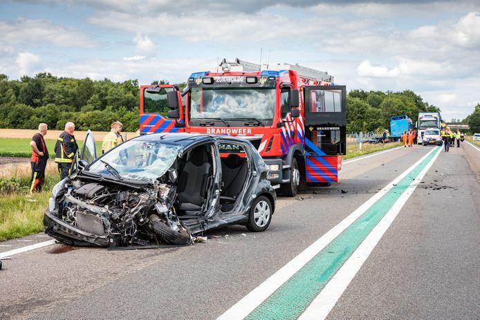 De auto was total loss na de frontale botsing met de vrachtwagen (op de achtergrond in de berm) op de N48.