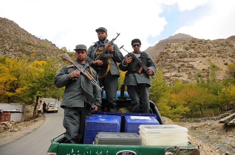 Afghaanse soldaten escorteren stembussen op een politievoertuig in de noordelijke provincie Panjsher.