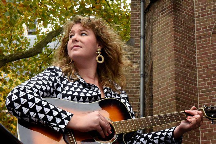 Kiki Schippers komt met haar gitaar Zoetermeerders verrassen.