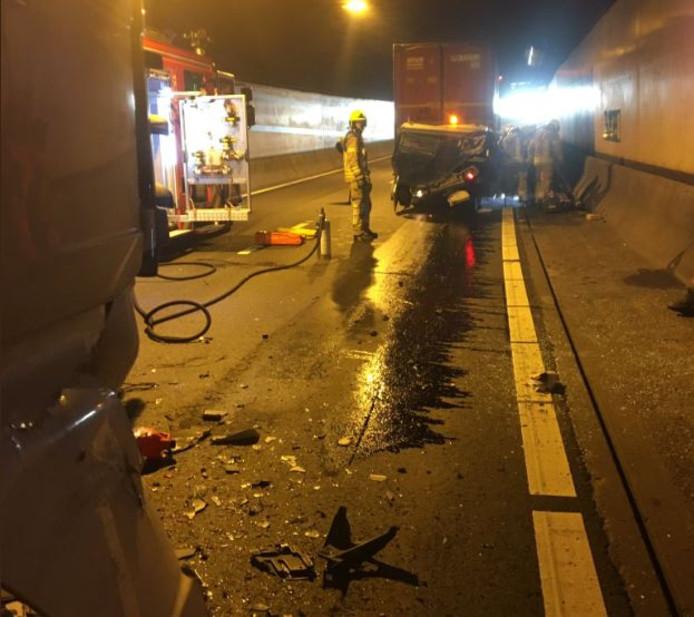 Ongeval met een busje en vrachtwagen in de Drechttunnel richting Breda.