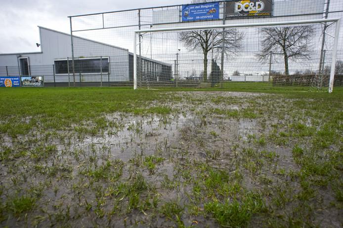 Aan de orde van de dag bij FC de Rakt in Uden: water op het veld. Dus afgelasten of het veld kapot spelen, aldus het bestuur.