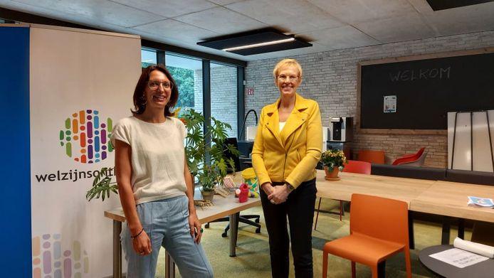Voorzitter van de Turnhoutse sociale dienst Kelly Verheyen verwelkomt minister van Armoedebestrijding Karine Lalieux (PS).