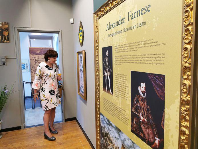 Burgemeester Marga Vermue bezoekt de tentoonstelling over Alexander Farnese in IJzendijke.