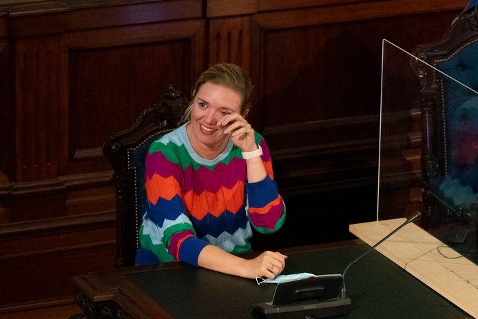 Freya Piryns leek haast een traan te moeten wegpinken bij de speeches van haar oud-collega's in de gemeenteraad.   --> Freya Piryns krijgt bloemen van Bart De Wever
