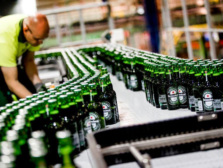 Bierflesjes Heineken over de lopende band in de brouwerij van Heineken.  Beeld ANP XTRA