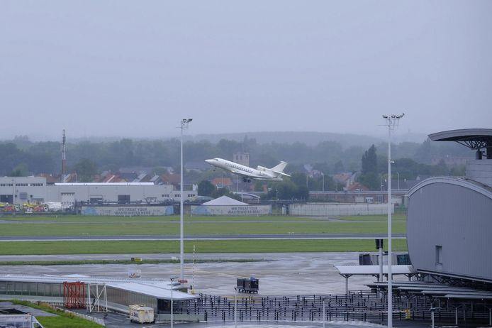 De Falcon 7X tijdens het opstijgen in Melsbroek dinsdag.