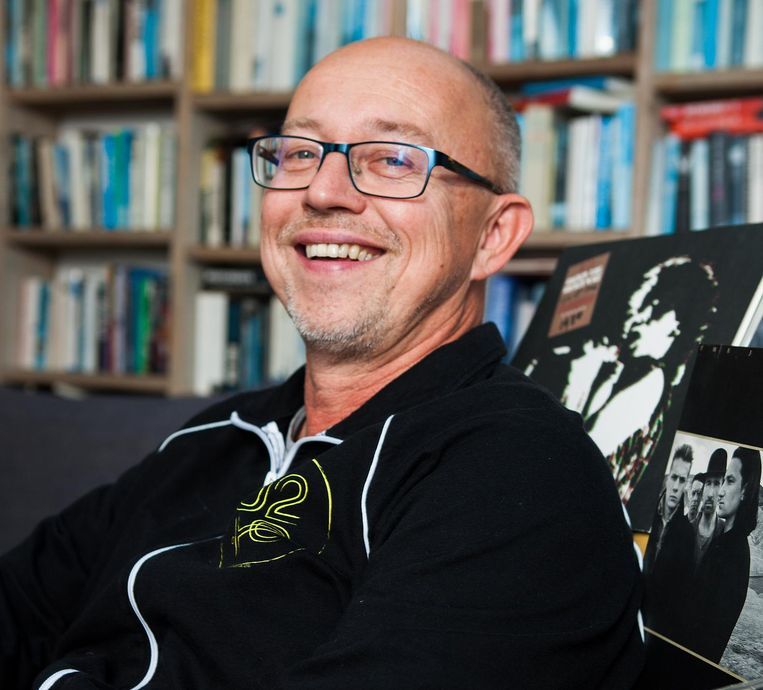 U2-fan Willem Vissers. 'Wat in elk geval duidelijk is, voor mij althans: U2 zingt het levenslied, U2 is met ons opgegroeid en wij met U2, vanaf de puberteit tot nu, nu we al vijftigers zijn, de ene dag bedaagd of bedaard, de andere dag wild als in vroeger.' tijden.' Beeld Marijn Scheeres