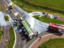 Vrachtwagen met melk gekanteld op rotonde in Friesland