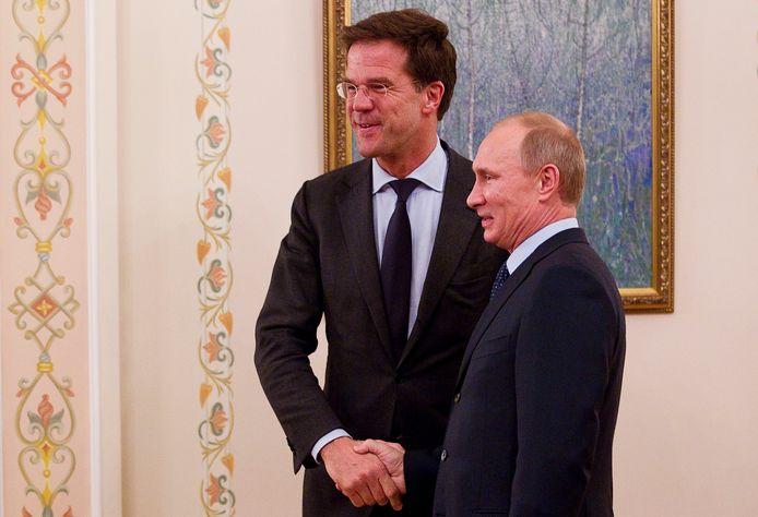 Mark Rutte (l) drukt de hand van Vladimir Poetin, destijds premier, nu president van Rusland.