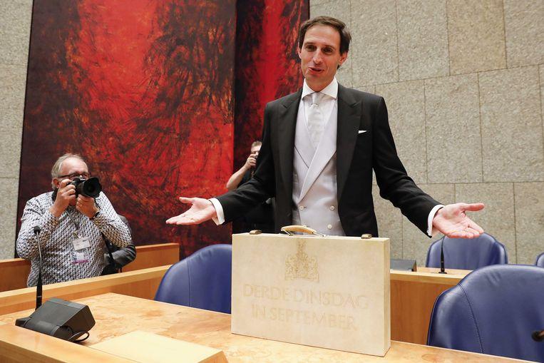 Minister Wopke Hoekstra van Financiën presenteert in de Tweede Kamer het koffertje met de rijksbegroting en miljoenennota.  Beeld ANP