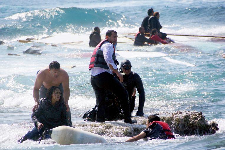 Maandag is het wéér raak: bij het Griekse eiland Rhodos worden drenkelingen van een gezonken vluchtelingenboot aan wal geholpen. Zeker drie mensen komen om. Beeld ap