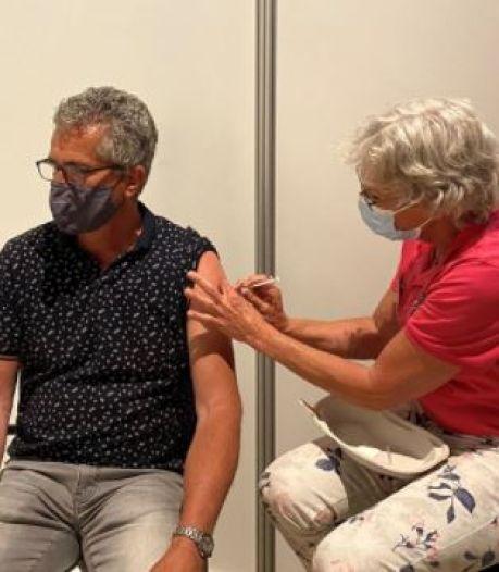 Martin uit Harderwijk krijgt 250.000ste vaccinatieprik van GGD
