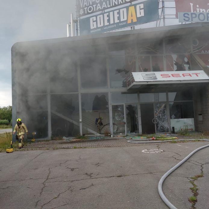 De brand werd aangestoken door enkele jongeren.