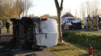 Postbode knalt met auto op voorligger: twee gewonden