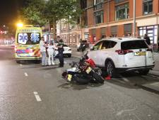 Motorrijder gewond achtergelaten na aanrijding, betrokkene stapt in bij automobilist en vlucht weg